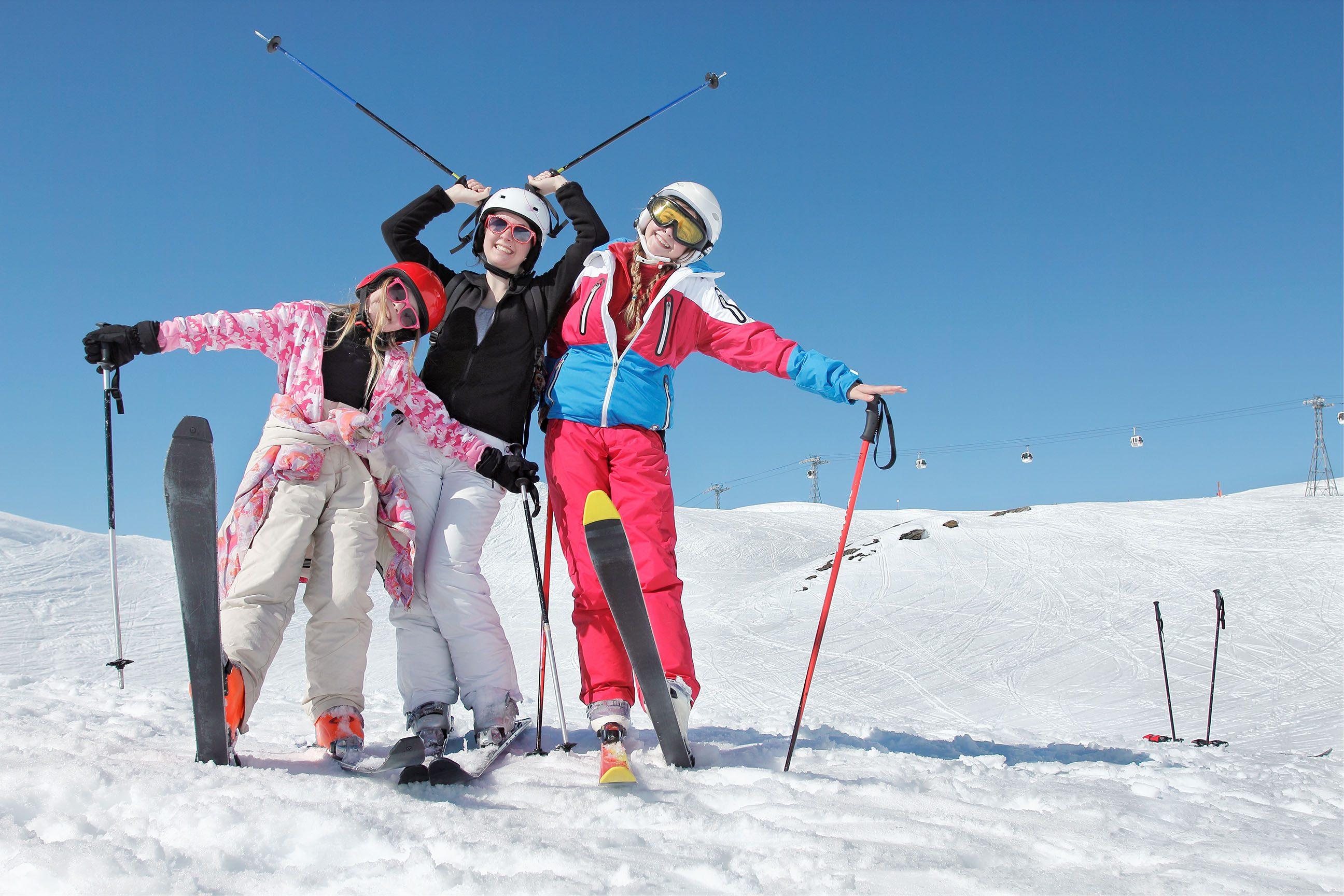 Trois jeunes enfants sur les piste de ski en Haute Savoie, Alpes, France